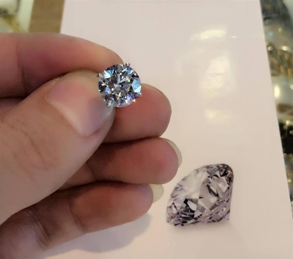 Tự thưởng dịp sinh nhật, Tuấn Hưng tậu khuyên tai kim cương 7 tỷ đồng-2
