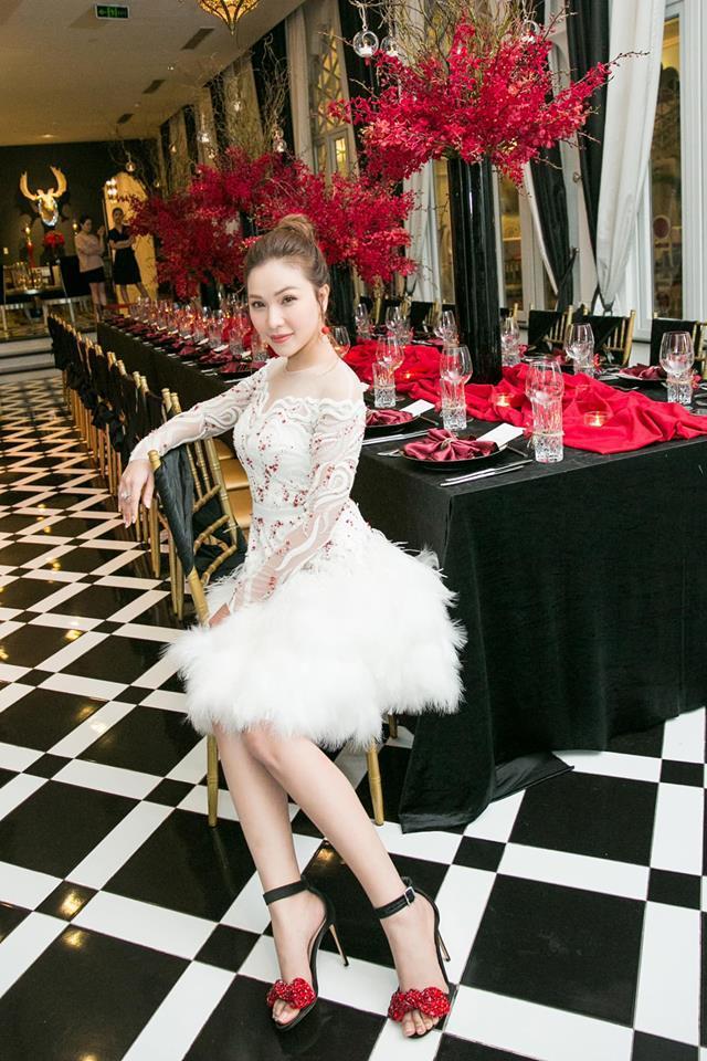 Cùng chặt chém trong mẫu váy thiên nga, Đỗ Mỹ Linh vượt mặt Quỳnh Thư nhờ layout trang điểm tươi tắn-2