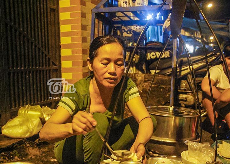 Gánh đậu hũ đêm gần 30 năm ở Sài Gòn, nắng, mưa, khuya khoắt vẫn nườm nượp người chờ ăn-2