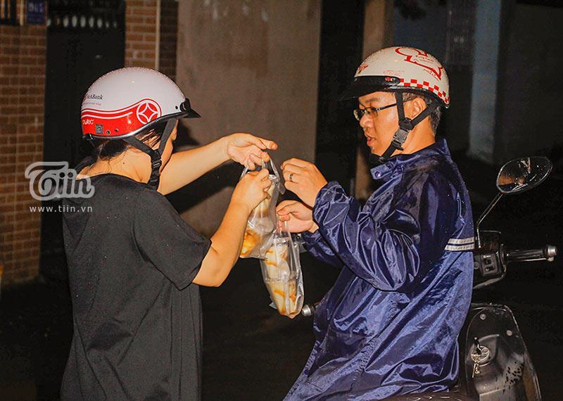 Gánh đậu hũ đêm gần 30 năm ở Sài Gòn, nắng, mưa, khuya khoắt vẫn nườm nượp người chờ ăn-5