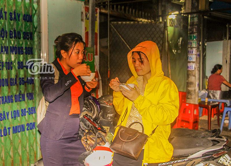 Gánh đậu hũ đêm gần 30 năm ở Sài Gòn, nắng, mưa, khuya khoắt vẫn nườm nượp người chờ ăn-6