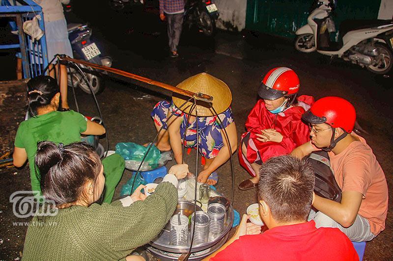 Gánh đậu hũ đêm gần 30 năm ở Sài Gòn, nắng, mưa, khuya khoắt vẫn nườm nượp người chờ ăn-8