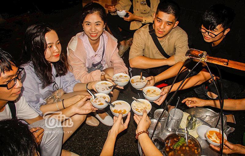 Gánh đậu hũ đêm gần 30 năm ở Sài Gòn, nắng, mưa, khuya khoắt vẫn nườm nượp người chờ ăn-9