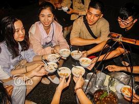 Gánh đậu hũ đêm gần 30 năm ở Sài Gòn, nắng, mưa, khuya khoắt vẫn nườm nượp người chờ ăn