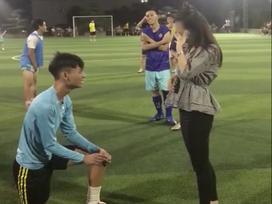 Bạn gái cứ giận là trả lại nhẫn cưới, chàng trai quyết định quỳ gối cầu hôn trên sân bóng khiến dân tình phát sốt