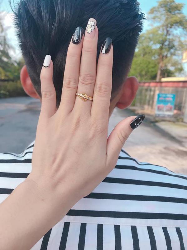 Bạn gái cứ giận là trả lại nhẫn cưới, chàng trai quyết định quỳ gối cầu hôn trên sân bóng khiến dân tình phát sốt-1