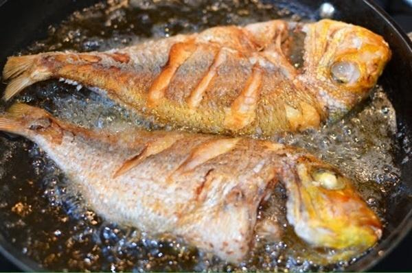7 mẹo rán cá, đậu và mọi thức ăn không bắn dầu lại vàng giòn, không sát chảo-1
