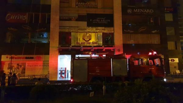 Hà Nội: Lính cứu hỏa phá cửa kính dập tắt đám cháy tại khu chung cư trong đêm-1