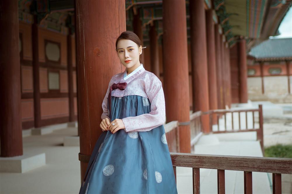 Khác hẳn vẻ quê mùa trên phim, Phương Oanh Quỳnh Búp Bê khoe style cá tính chất lừ ở Hàn Quốc - ảnh 7