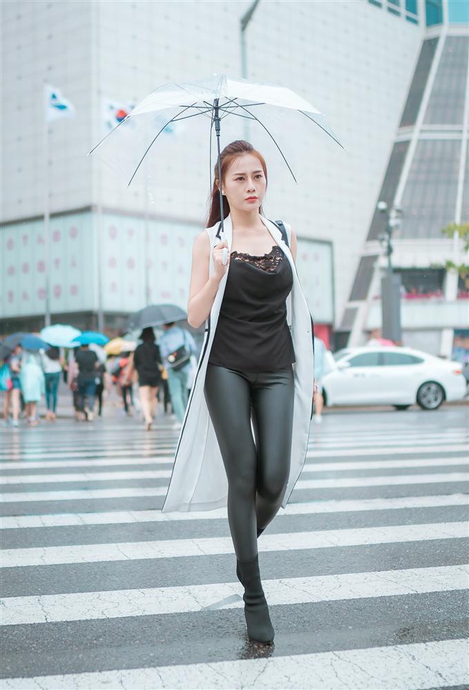 Khác hẳn vẻ quê mùa trên phim, Phương Oanh Quỳnh Búp Bê khoe style cá tính chất lừ ở Hàn Quốc - ảnh 4