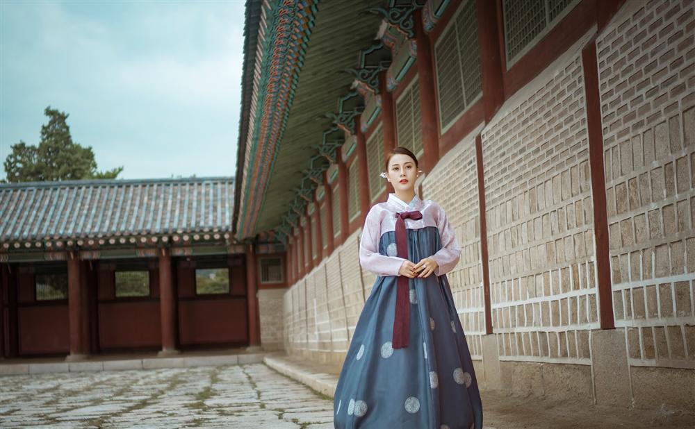 Khác hẳn vẻ quê mùa trên phim, Phương Oanh Quỳnh Búp Bê khoe style cá tính chất lừ ở Hàn Quốc - ảnh 8