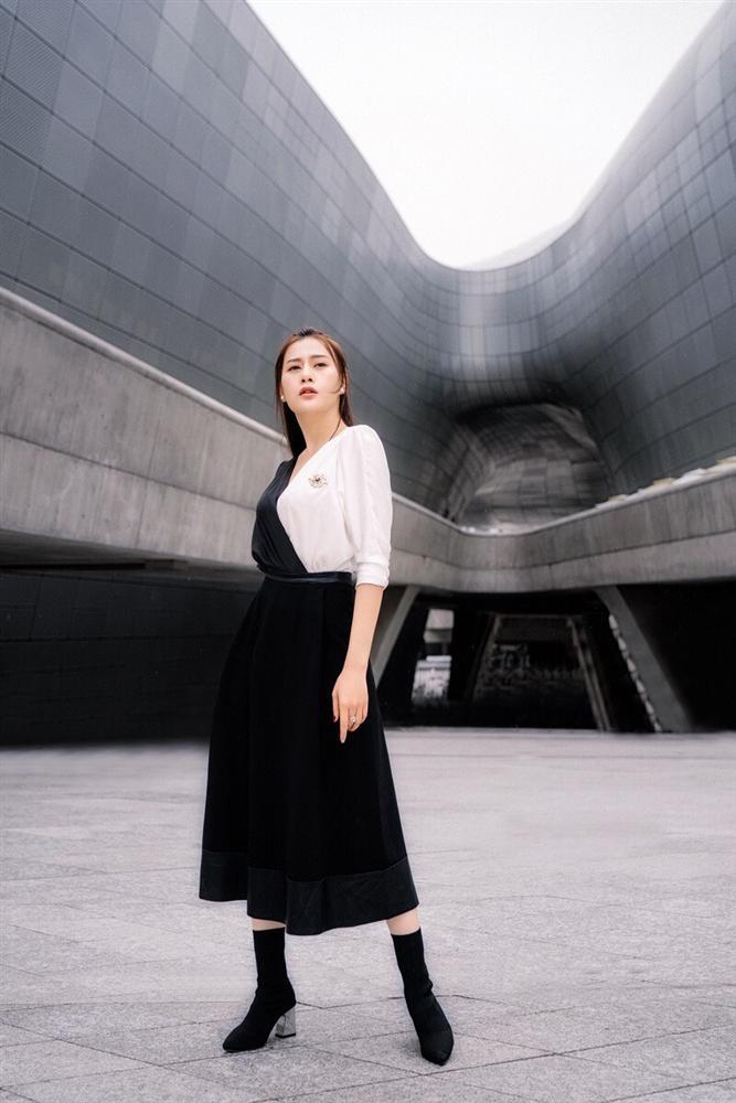 Khác hẳn vẻ quê mùa trên phim, Phương Oanh Quỳnh Búp Bê khoe style cá tính chất lừ ở Hàn Quốc - ảnh 3