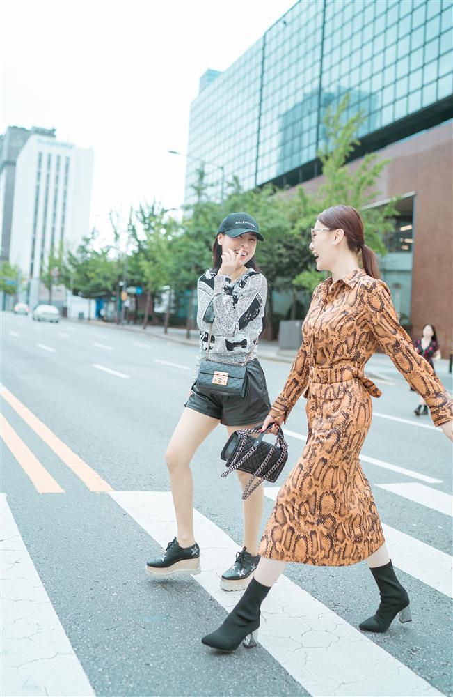 Khác hẳn vẻ quê mùa trên phim, Phương Oanh Quỳnh Búp Bê khoe style cá tính chất lừ ở Hàn Quốc - ảnh 2