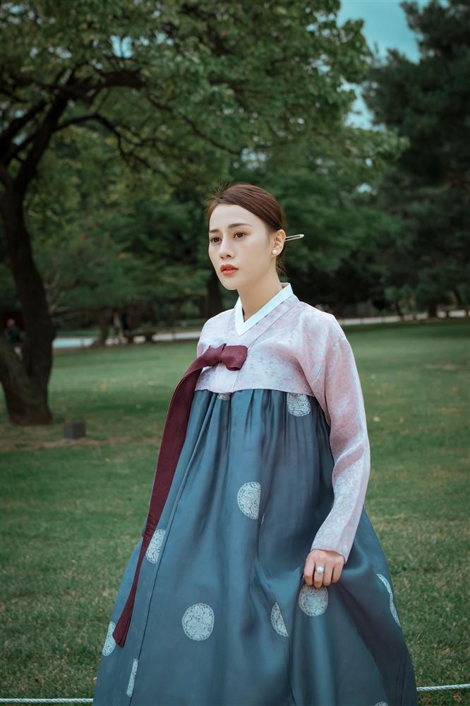 Khác hẳn vẻ quê mùa trên phim, Phương Oanh Quỳnh Búp Bê khoe style cá tính chất lừ ở Hàn Quốc - ảnh 6
