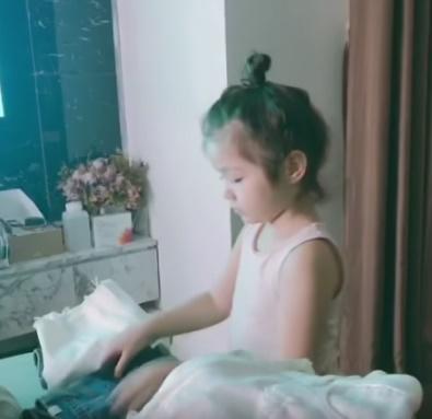Mới 4 tuổi nhưng công chúa nhỏ của Elly Trần bắn tiếng Anh người lớn còn phải học hỏi-2