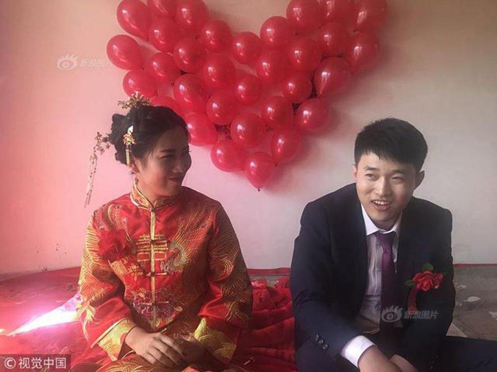 Chỉ với 520 cây kẹo mút đã có được con gái nhà người ta, anh chàng lập kỷ lục với màn cưới vợ không thể lãi hơn-2