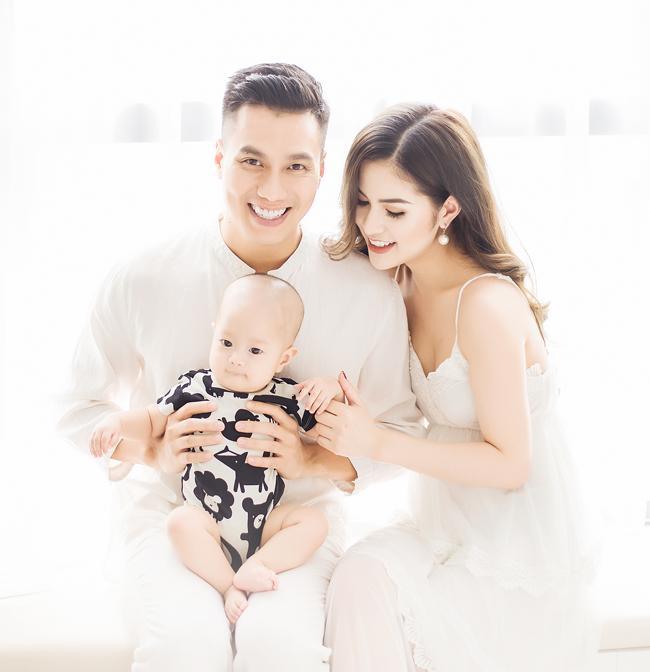 Bỗng nhiên cùng để chế độ độc thân trên Facebook, vợ chồng diễn viên Việt Anh bị nghi rạn nứt-1