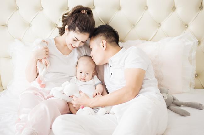 Bỗng nhiên cùng để chế độ độc thân trên Facebook, vợ chồng diễn viên Việt Anh bị nghi rạn nứt-5