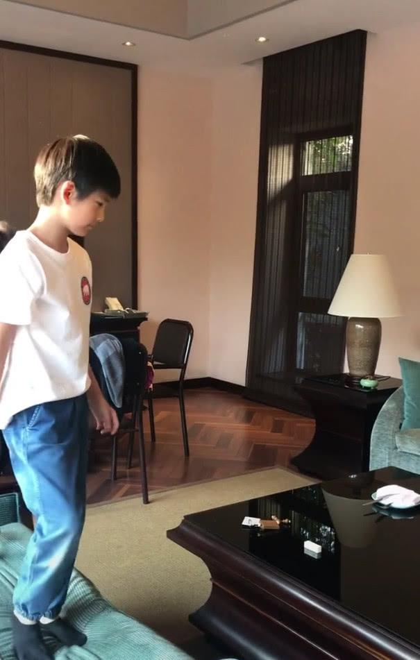 Con trai Hoàng hậu Đổng Khiết ngày càng điển trai, đáng yêu-2