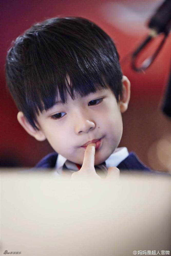 Con trai Hoàng hậu Đổng Khiết ngày càng điển trai, đáng yêu-11