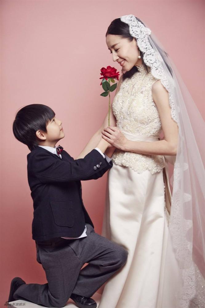 Con trai Hoàng hậu Đổng Khiết ngày càng điển trai, đáng yêu-7