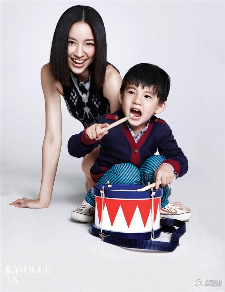 Con trai Hoàng hậu Đổng Khiết ngày càng điển trai, đáng yêu-9