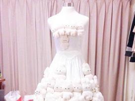 Thấy váy cưới đặt mua 'tầm thường', chú rể dành cả tháng thiết kế rồi gắn gấu bông lên