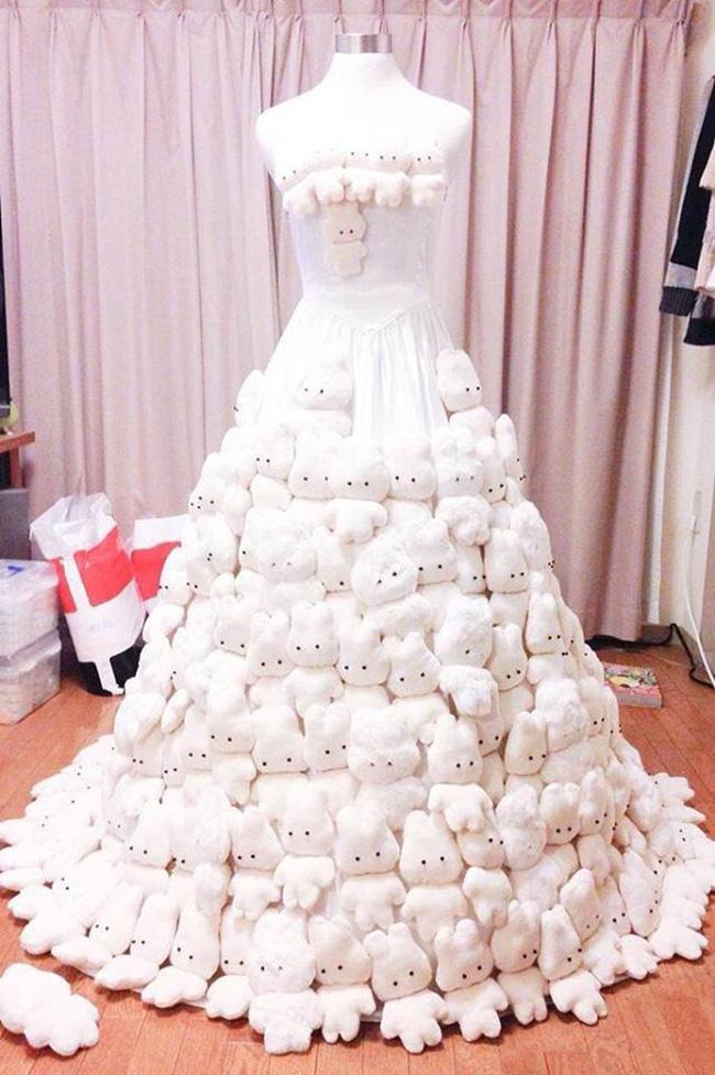 Thấy váy cưới đặt mua tầm thường, chú rể dành cả tháng thiết kế rồi gắn gấu bông lên-2