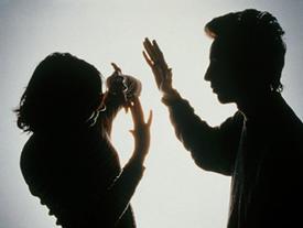 Người đàn ông hung hãn đánh bạn gái giữa đêm khuya