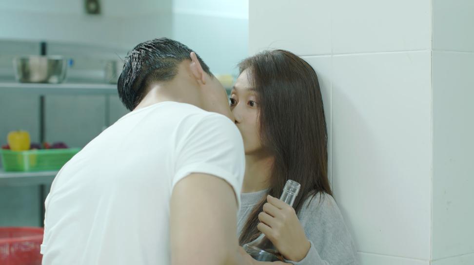 Hậu duệ mặt trời Việt Nam: Ngất ngây với nụ hôn nếm rượu ngọt ngào của Song Luân và Khả Ngân-4