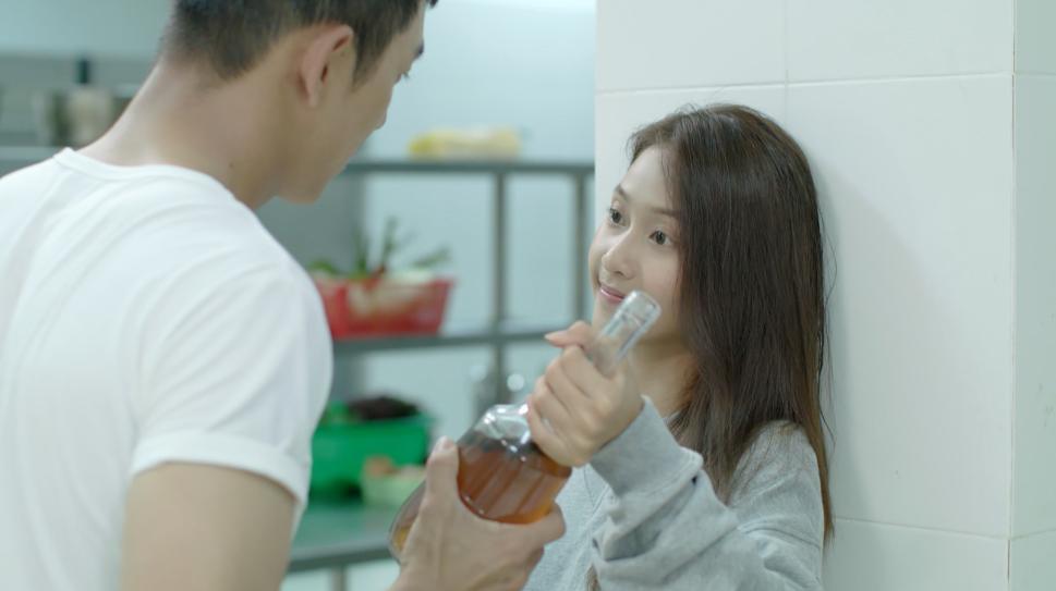 Hậu duệ mặt trời Việt Nam: Ngất ngây với nụ hôn nếm rượu ngọt ngào của Song Luân và Khả Ngân-3