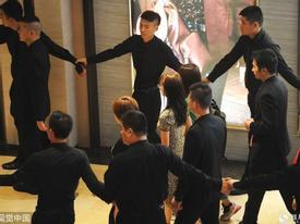 Hậu 'Diên Hi Công Lược', 'Ngụy Anh Lạc' được cả chục vệ sĩ áo đen bảo vệ như chính khách