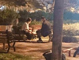 Cô gái tổ chức sinh nhật với bạn trai bên ghế đá, dân FA được ăn bánh 'gato' miễn phí