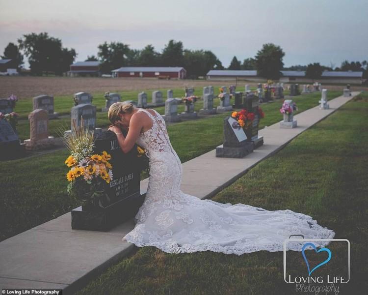 Xúc động cô dâu chụp ảnh cưới một mình bên mộ chú rể-1