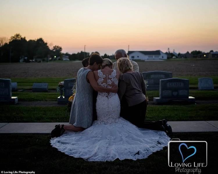 Xúc động cô dâu chụp ảnh cưới một mình bên mộ chú rể-6
