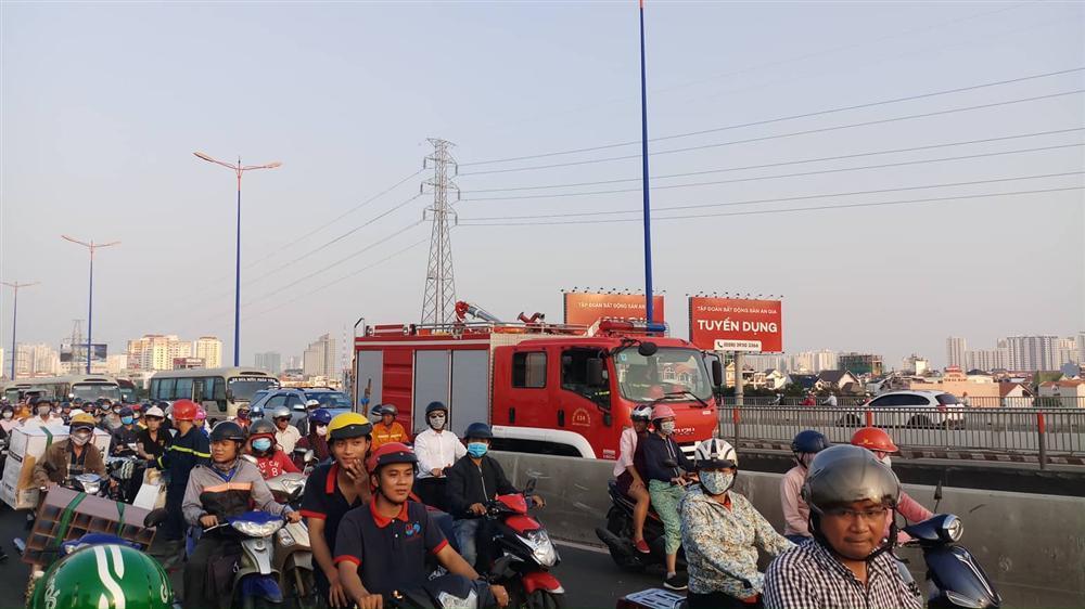 Người phụ nữ thuê xe ôm lên cầu Sài Gòn nhảy sông tự tử-2