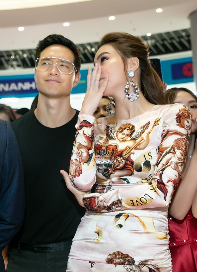 Ai thích đồn giải tán cứ đồn, Kim Lý vẫn tháp tùng Hà Hồ đi event với nụ cười viên mãn-3