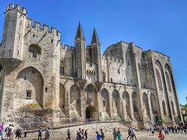 Cung điện gothic lớn nhất châu Âu, từng là nơi ở của Giáo hoàng