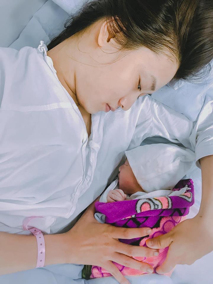 Justa Tee khoe cận nhan sắc bà xã hotgirl khi vừa mới sinh con gái đầu lòng-1