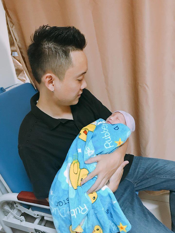 Justa Tee khoe cận nhan sắc bà xã hotgirl khi vừa mới sinh con gái đầu lòng-2