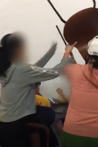 Bắt gặp con gái ngồi quán trà sữa, bà mẹ mắng chửi, cầm ghế xông vào dọa đánh bạn của con-1