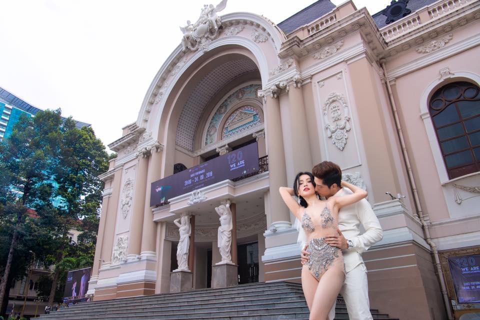 Mặc bodysuit xuyên thấu chụp ảnh cưới lại còn ngả ngớn nơi trang nghiêm, Sĩ Thanh bị chê rẻ tiền-3