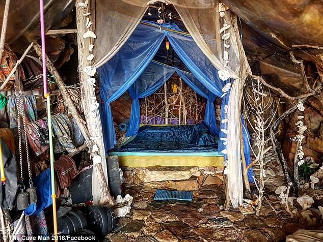 Đột kích chỗ ở của người rừng Thái Lan chuyên hẹn hò với các du khách Tây xinh đẹp-1