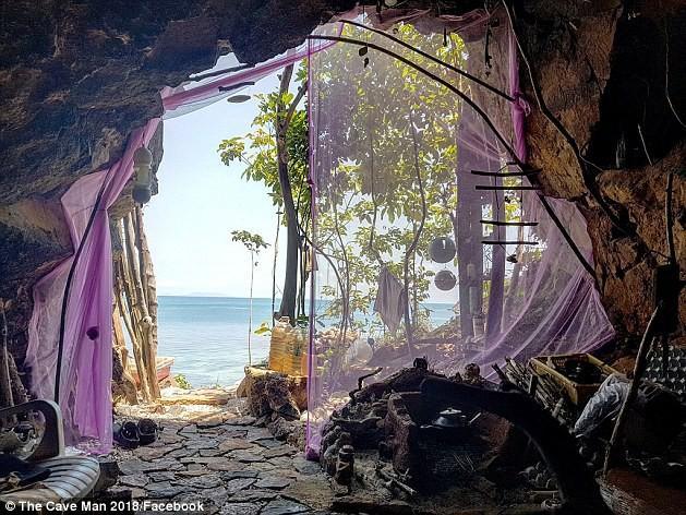 Đột kích chỗ ở của người rừng Thái Lan chuyên hẹn hò với các du khách Tây xinh đẹp-2