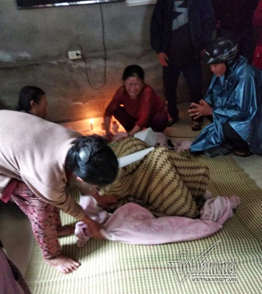 Người thân khóc ngất bên thi thể cụ bà bị lửa thiêu cháy-3