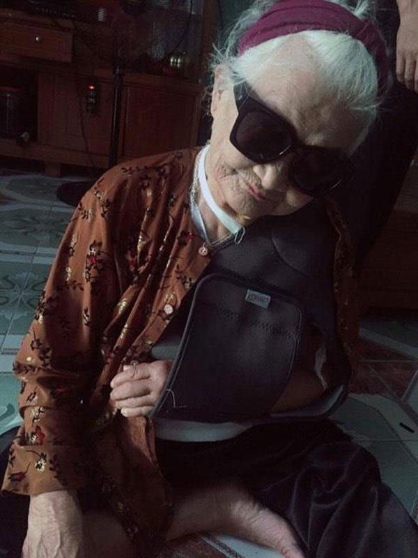 Thêm một bà ngoại xì tin hết nấc: 82 tuổi vẫn selfie dù đang bó bột-2
