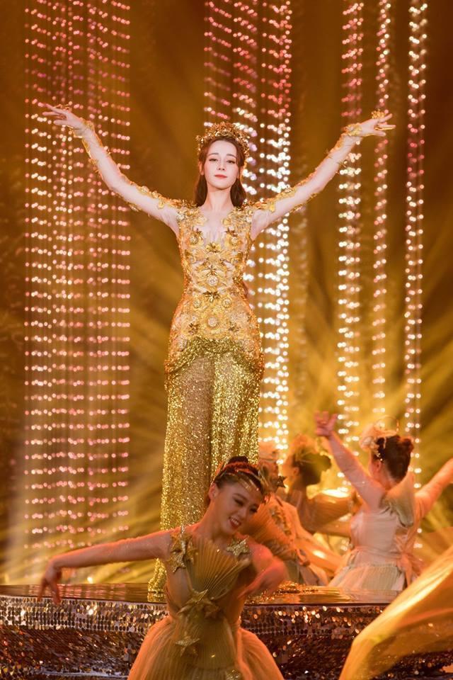 Địch Lệ Nhiệt Ba đẹp xuất sắc, chiếm top tìm kiếm khi hoá thân thành Nữ thần Kim Ưng-12
