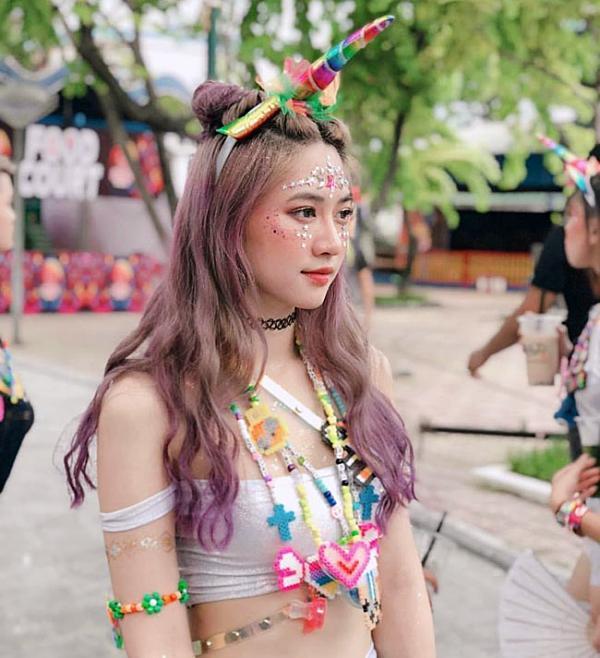 Cô gái đi xem lễ hội ca nhạc bất ngờ nổi tiếng vì quá xinh và gợi cảm-1