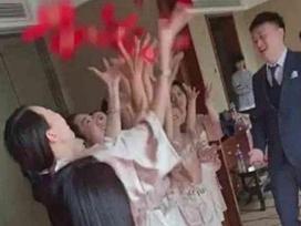 Dàn phù dâu mặc áo choàng tắm mong manh 'gây sốt' mạng xã hội