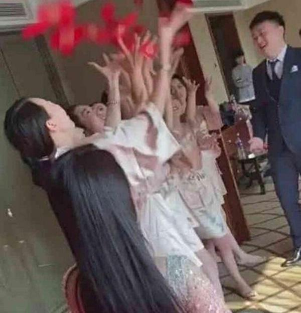 Dàn phù dâu mặc áo choàng tắm mong manh gây sốt mạng xã hội-2